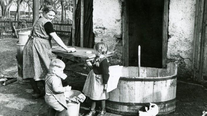 """Freilichtmuseum Glentleiten: Was ist eigentlich """"sauber""""? Mit dieser Frage beschäftigt sich die neue Ausstellung im Freilichtmuseum Glentleiten. Klar ist: Was als sauber gilt, hat sich über die Zeit verändert."""