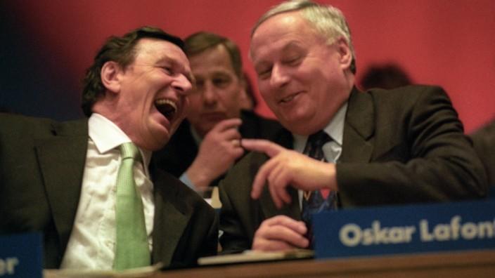 V.l.n.r.: Gerhard Schröder (Designierter Bundeskanzler), Wolfgang Clement und Oskar Lafontaine (alle Deutschland/SPD) w