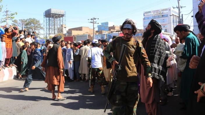 Menschen strömen in Herat zusammen, wo die Taliban die Leiche eines Mannes öffentlich zur Schau stellten.