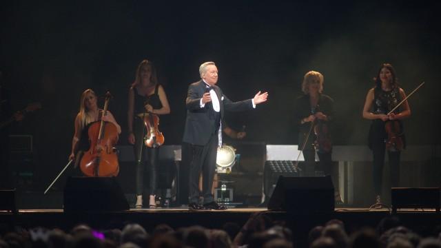 Konzertkritik: Starke Frauen: Roland Kaiser holte sich ausgezeichnete Musikerinnen auf die Bühne.