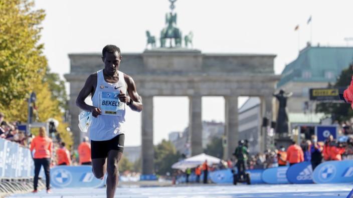 Berlin-Marathon: Unter seinem Niveau: Kenenisa Bekele trottet am Sonntag als Dritter in 2:06:47 Stunden ins Ziel.