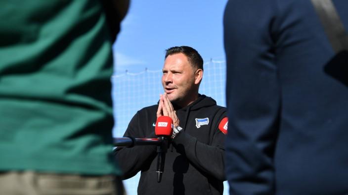 Fussball, Herren, Saison 2021/2022, Hertha BSC, Training, Medienrunde mit Trainer Pal Dardai (Hertha BSC) nach dem Spie