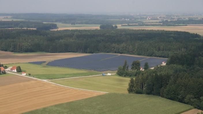 Energiewende: Das alte Luftbild zeigt die Photovoltaikanlage in Hohenzell, gebaut 2009. Seitdem hat sich im Gemeindegebiet Altomünster viel getan.
