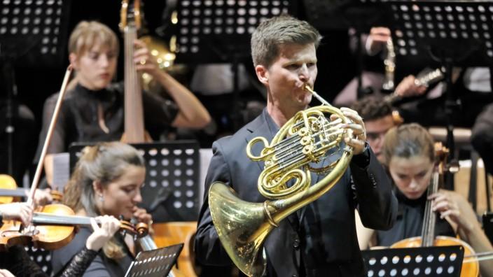 Fuad Ibrahimov am Pult: Galant und kokett: Carsten Carey Duffin überzeugt bei Strauss' Hornkonzert mit einem schlanken, klaren Ton.