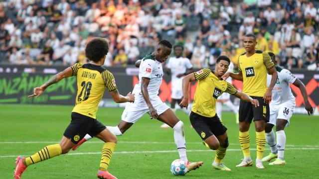 Denis Zakaria (Borussia Moenchengladbach), 2. v.li., erzielt mit diesem Schuss das Tor zum 1:0, v.li., Axel Witsel (Bor
