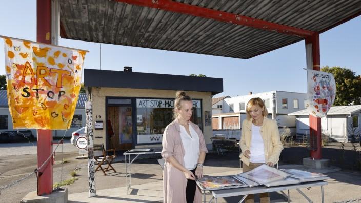 """Neufahrner Künstlerin Maja Jiranek: Auch am nächsten Wochenende machen Karin Koschkar und Maja Jiranek die seit Jahren leer stehende Tankstelle an der ehemaligen B 11 in Mintraching zum """"Art Stop""""."""