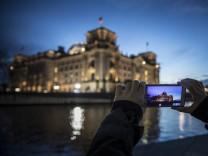 Eine Person macht ein Foto vom Reichstag mit dem Smartphone Berlin 05 01 2018 Berlin Deutschland