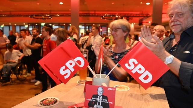 Ticker zum Wahlsonntag: Hat er – Olaf Scholz – der Münchner SPD geholfen? Die Stimmung unter den Genossen auf dem Nockherberg ist gut, sie singen zu Die Atzen.