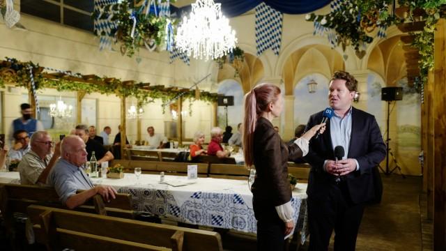 Ticker zum Wahlsonntag: Ein letztes Mal im Rampenlicht: Florian Post feiert mit seinen Helfern im Franziskaner, kann aber nicht aufs Direktmandat anstoßen.