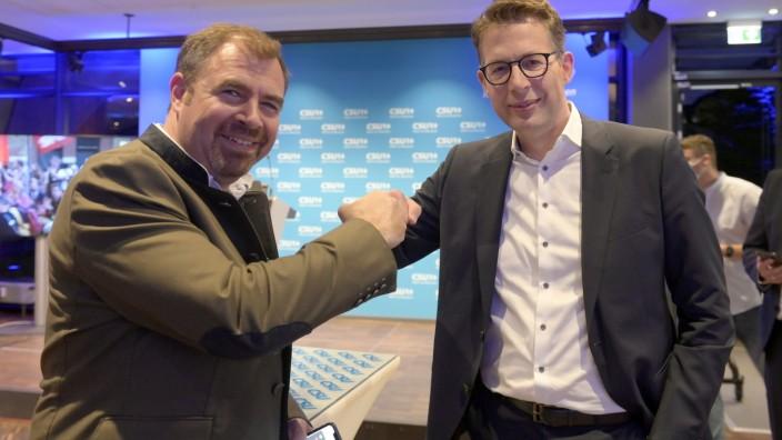 München: Corona-Gratulation: CSU-Bundestagskandidat Florian Hahn (links) und CSU-Generalsekretär Markus Blume am Wahlabend demonstrativ gut gelaunt.