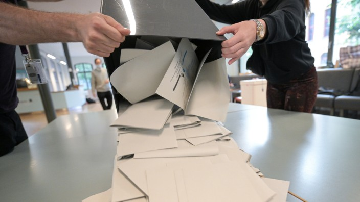 Bundestagswahl 2021: Wahllokal in Berlin beim Auszählen der Ergebnisse