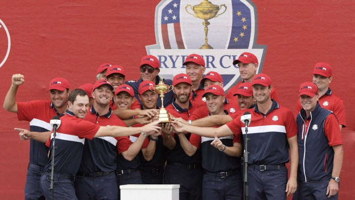 Sport Bilder des Tages Team USA Holds the Ryder Cup trophy after winning the 43rd Ryder Cup at Whistling Straits on Sund