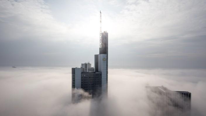 Skyline Frankfurt im Nebel Die Hochhäuser der Frankfurt Bankenskyline ragen am 19 10 2015 aus einer