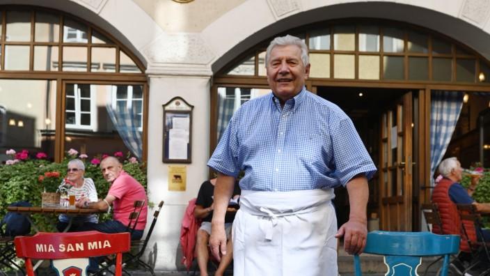 Gastronomie in München: Bei Rudi Färber kehren auch Bayern und Sechziger ein. Färber ist ein eingefleischter Löwe und Mitglied auf Lebenszeit. Die Meistermannschaft von 1966 hat vor fünf Jahren bei ihm das 50-Jährige gefeiert.