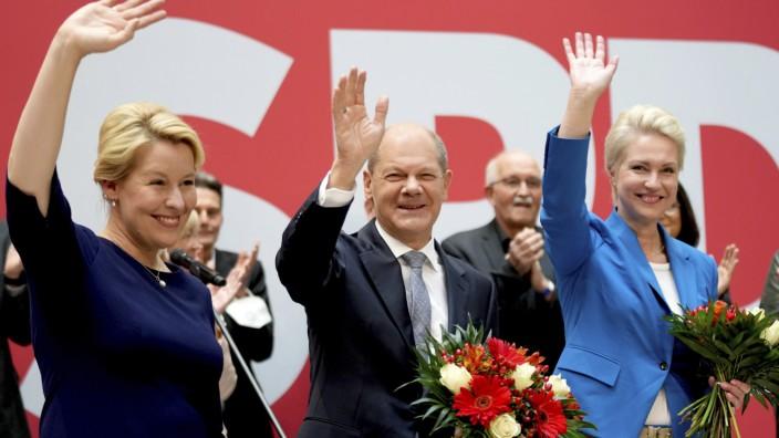 SPD-Kanzlerkandidat Scholz: Blumen für die Wahlsieger - das hat es bei der SPD lange nicht mehr gegeben (von links nach rechts): Franziska Giffey, Olaf Scholz, Manuela Schwesig.