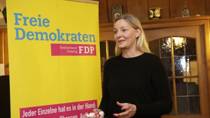 """FDP im Landkreis Freising: Eva-Maria Schmidt, Direktkandidatin der FDP im Wahlkreis Freising, freut sich über ein """"sattes Ergebnis""""."""