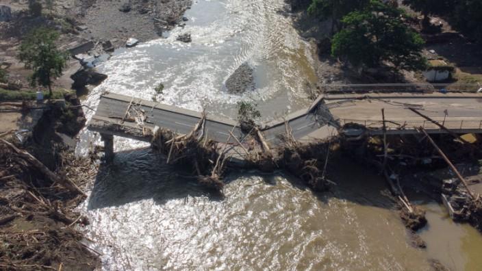 Flutkatastrophe in Deutschland: Zerstörte Brücke über die Ahr in Ahrweiler