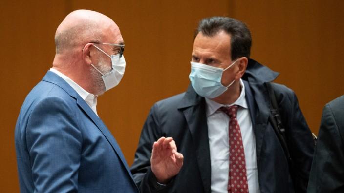 Volkswagen: Szene aus dem Prozess: der langjährige VW-Betriebsratschef Bernd Osterloh (l.) und der damalige Personalchef Karlheinz Blessing.