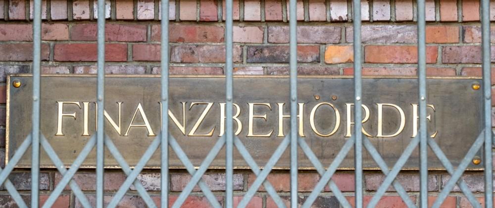 Schild an der Finanzbehörde Hamburg am Hamburger Gänsemarkt -;Schild an der Finanzbehörde Hamburg am Hamburger Gänsemark