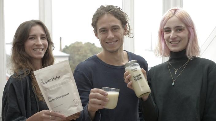 """Ein Haferpulver, das zum pflanzlichen Milchersatz wird: Juliana Lapin (links), Moritz Mangold und Lily Kehl haben """"Super Hafer"""" entwickelt."""