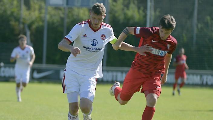 Fußball: Weg da: Nürnbergs Kapitän David Ismail, der für den glücklosen Tim Sausen kam, verschafft sich Platz im Laufduell mit Heimstettens Yannick Günzel.
