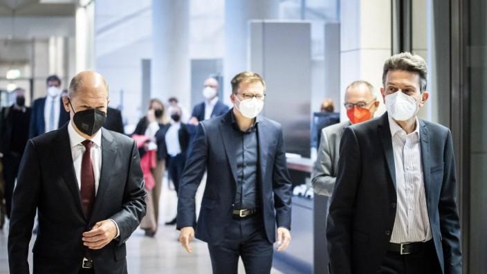 Kanzlerkandidat Olaf Scholz und Fraktionschef Rolf Mützenich kommen zur ersten Sitzung der SPD-Fraktion in den Bundestag.