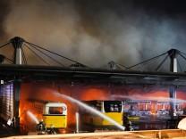 Rauchsäule über der Stadt: Großbrand in Stuttgarter Busdepot