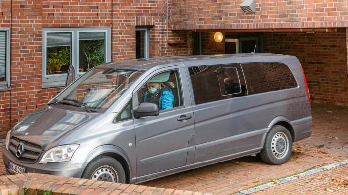 Polizisten bringen die 96 Jahre alte Angeklagte im Stutthof-Prozess am Donnerstag zu einem Haftprüfungstermin im Landgericht. Die Frau war geflohen.