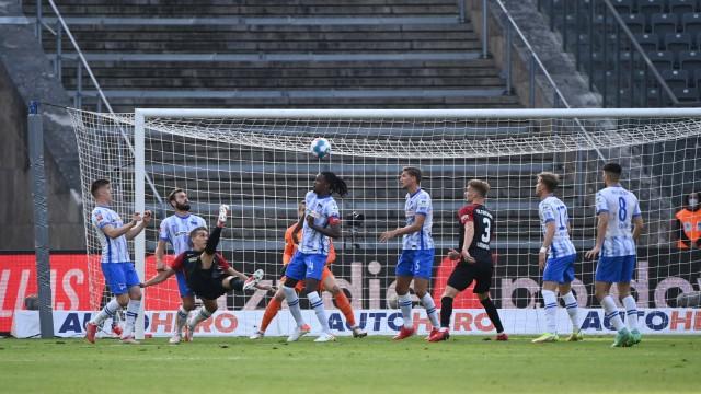 Fussball, Herren, Saison 2021/2022, 1. Bundesliga (7. Spieltag), Hertha BSC - SC Freiburg, Nils Petersen (3. v. l., Fre