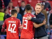 Siegesfeier Jamal Musiala 42 (FC Bayern Muenchen), Eric Maxim Choupo-Moting 13 (FC Bayern Muenchen), Head coach Julian