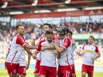 02.10.2021, Fussball, GER, Saison, 2021/2022, 2.Bundesliga, 9. Spieltag, SSV Jahn Regensburg - Karlsruher SC Jubel nach