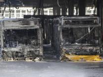Nach Feuer in Stuttgart: Suche nach Brandursache in Busdepot geht weiter