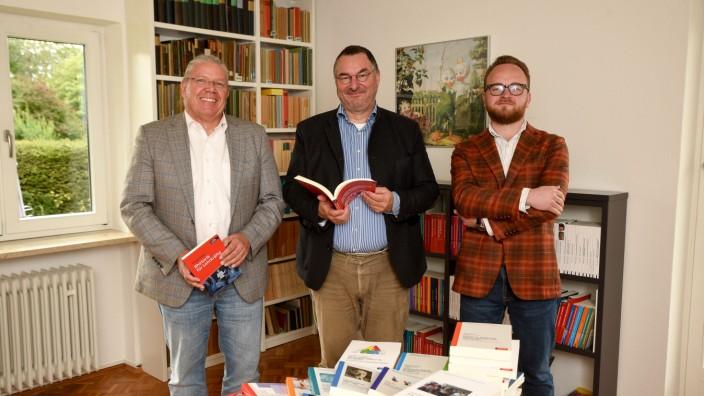 SchwerpunktErziehungswissenschaften: Büchermenschen: Prokurist Thomas Tilsner, Geschäftsführer Andreas Klinkhardt und Sohn Robert, der als Werkstudent für den Verlag arbeitet.