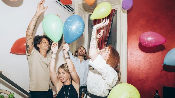 Freunde tanzen bei einer Party