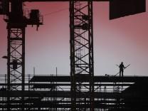 News Bilder des Tages Der Schattenriss eines Geruestbauers zeichnet sich auf einer Baustelle ab in Berlin, 22.02.2021. B