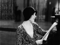 THE AWFUL TRUTH, Ina Claire, 1929 Courtesy Everett Collection PUBLICATIONxINxGERxSUIxAUTxONLY Copyright: xCourtesyxEvere