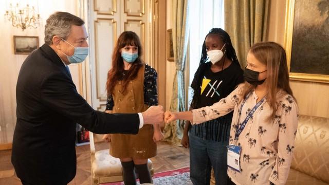 Intervista: Il Primo Ministro italiano Mario Draghi riceve l'attivista ambientale svedese Greta Dunberg (a destra) alla fine di settembre.