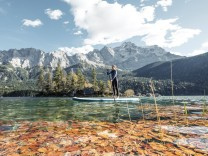 Germany, Bavaria, Garmisch Partenkirchen, Young woman stand up paddling on Lake Eibsee model released Symbolfoto WFF0048