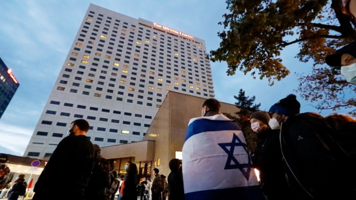 Antisemitismus und der Fall Gil Ofarim: Demonstration vor dem Hotel Westin Leipzig