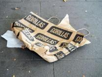 03.10.2021, Berlin, Deutschland, GER, Tag der Deutschen Einheit, eine Papiertragetasche von Gorillas liegt auf dem Boden