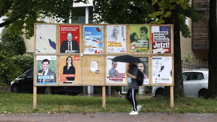 Wahlplakate: Plakatversprechen überall, aber was bleibt nach der Wahl? Erst mal eine Menge Müll.