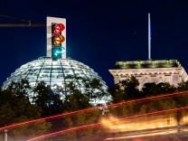Ampel vor Reichstagsgebäude