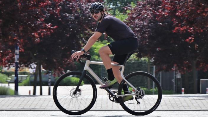 E-Bike im Test: Gravelbikes sind im Trend. Der Magdeburger Hersteller Urwahn bietet mit dem Waldwiesel und dem Waldwiesel.E zwei Modelle zwischen Cross- und Rennrad an.