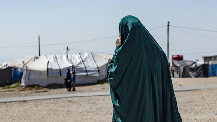 Islamischer Staat: Eine Insassin läuft im März durch das Gefangenenlager Camp Roj im Nordosten Syriens.