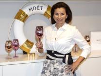 Claudia Obert, Inhaberin der Boutique Luxus Clever , bei der Wiedereröffnung der Filiale Hamburg Stadthausbrücke Michae