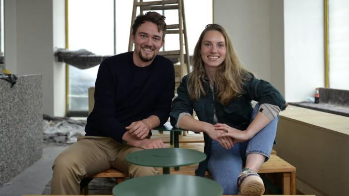 """SZ-Serie: Erfolgshungrig: Noch ist eine Baustelle dort, wo Dirk und Eva Johnston am Max-Weber-Platz von Ende Oktober an ihre """"rohen Schnittchen"""" verkaufen wollen."""