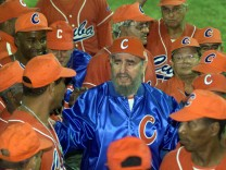 CUBAN PRESIDENT CASTRO POSES FOR PHOTO WITH BASEBALL TEAM