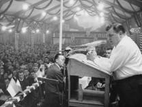 Franz Josef Strauß beim Wahlkampf in Rosenheim, 1965