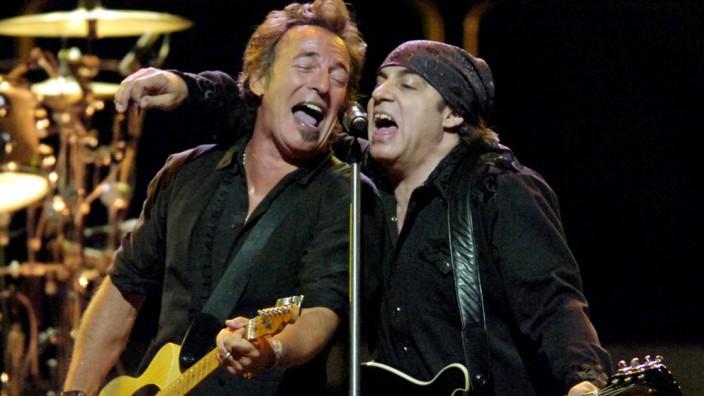 """Steven Van Zandt im Interview: """"Ich sang den Bläsern vor, was sie spielen sollten, und dann klang es fantastisch. Damit war ich in der Band."""" Stevan Van Zandt (rechts) mit Bruce Springsteen im Jahr 2007."""