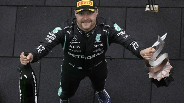 Sport Bilder des Tages Formula 1 2021: Turkish GP ISTANBUL PARK, TURKEY - OCTOBER 10: Valtteri Bottas, Mercedes, 1st pos